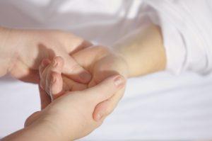 Romane Garré ostéopathe à Villaines sous malicorne entrain de soigner une patiente